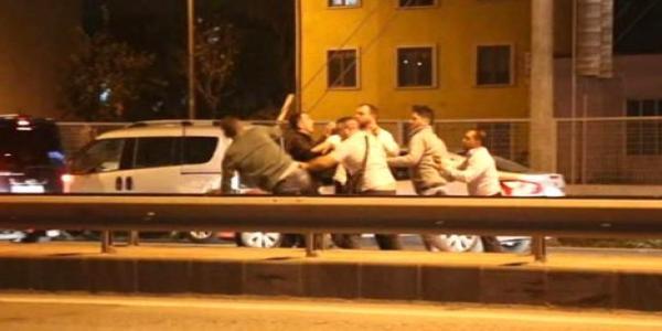 Kaza yapan sürücüler ortalığı birbirine kattı
