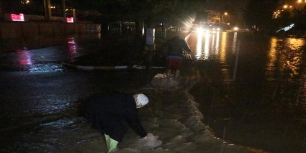 Kocaeli'de Sağanak Yağmur Hayatı Felç Etti