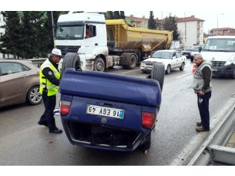 Bariyerlere Çarpan Araç Takla Attı