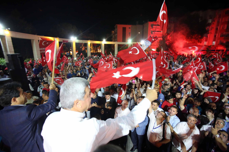 Başkan Karaosmanoğlu, ''Halkın gücü, helikopterleri ve tankları durdurdu''