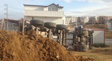 İnşaat alanında hafriyat yüklenen kamyon yan yattı: 1 yaralı