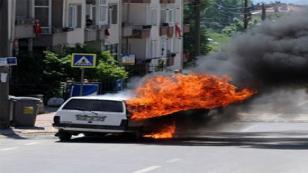 Alev alan otomobil panik yarattı