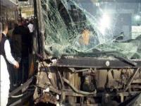 Hız yapan araç metrobüse çarptı