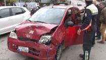 Hızını alamayan otomobil kırmızı ışıkta bekleyen araca çarptı: 3 yaralı