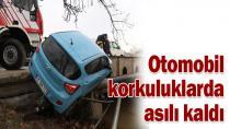 Köprü korkuluklarına çarpan otomobil asılı kaldı