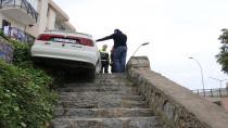 Arabayla merdivenden uçmaktan son anda kurtuldu
