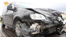 Kaygan yolda duramayıp ışıklarda bekleyen arabaya çarptı