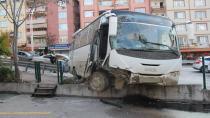 Freni patlayan minibüs 3 araca çarptı duvara çıktı: 1 yaralı
