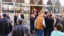 Namaz kılmak için cami önünde bekleyen yaşlı adam darp edildi
