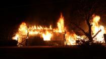 Alev alev yanan ev güçlükle söndürüldü