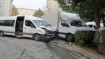 Yabancı plakalı kamyonetle servis minibüsü çarpıştı:1 yaralı