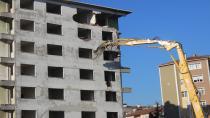Madde bağımlılarının mesken tuttuğu bina yıkıldı