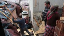 Şiddetli lodos çatıları uçurdu, 15 ev hasar gördü