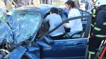 Yolcu midibüsüne çarpan lüks otomobilde can pazarı: 1'i ağır 3 yaralı