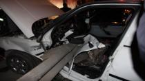 Otomobil bariyerlere saplandı: 2 yaralı