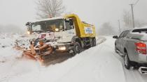 Kocaeli'de karda ilerleyemeyen ambulansın yardımına belediye ekipleri yetişti