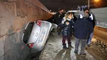 Otomobil inşaat boşluğuna düştü, kazadan burnu bile kanamadan kurtuldu