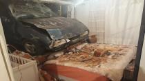 Freni boşalan otomobil yatak odasına girdi
