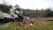 Tarlaya uçan kamyonun şoförü hayatını kaybetti