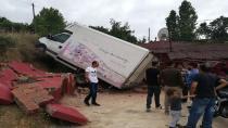 Freni boşalan park halindeki kamyonet eve çarptı