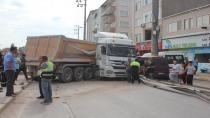 Kontrolden çıkan hafriyat kamyonu minibüsü altına aldı: 1 yaralı