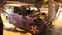Bariyerlere çarpan otomobil hurdaya döndü: 2 yaralı