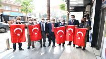 Çayırova'da bayrak dağıtıldı